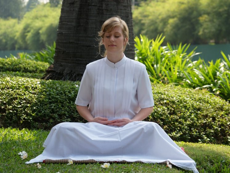Celebrities that meditate - woman meditating